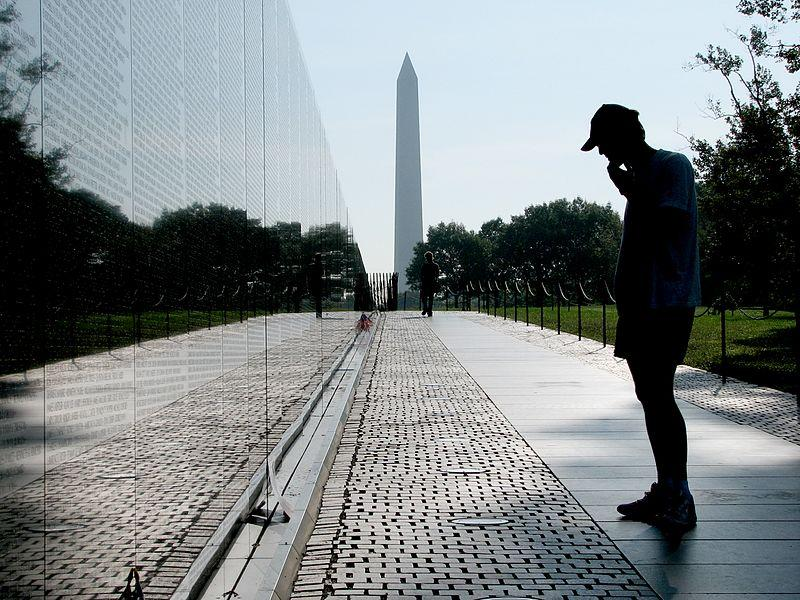 Vietnam_Veterans_with_Washington_Monument.jpg